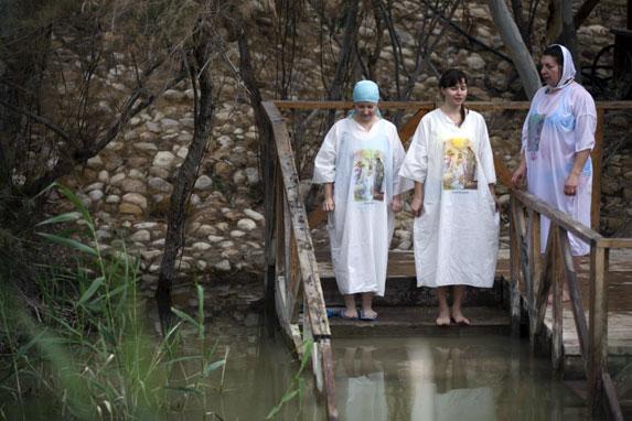 Иордания христианская, омовение в священных водах реки Иордан