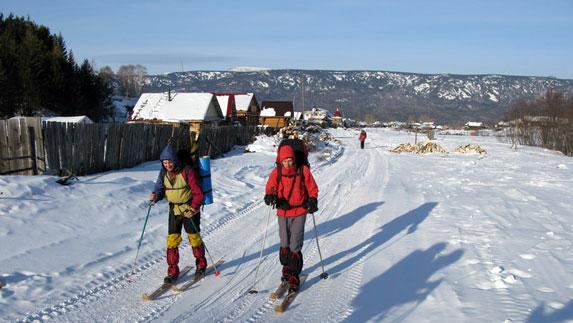Туристы-лыжники в поселке Тюлюк