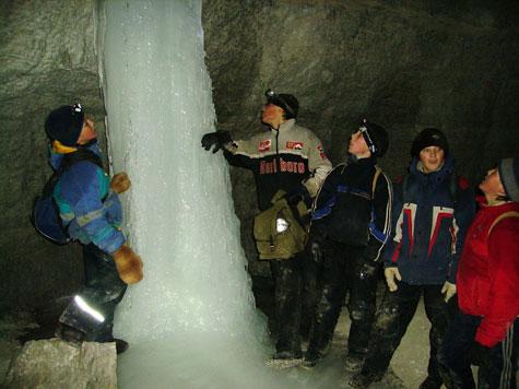 Ледяные сталагмиты в гипсовом руднике около Юрьевской пещеры