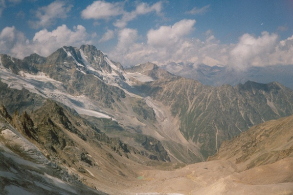 Центральный Кавказ, Вид на путь движения к перевалу Студенческий с перевала Штернберга.