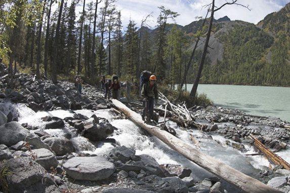 Алтай - 2006, Переправа по бревну через правый приток озера Кучерлинского